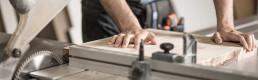 Un artigiano sta tagliando un pezzo di legno
