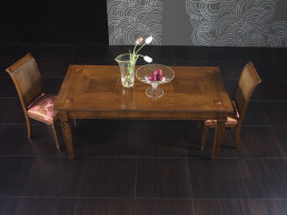 Tavolo e due sedie in legno in stile classico